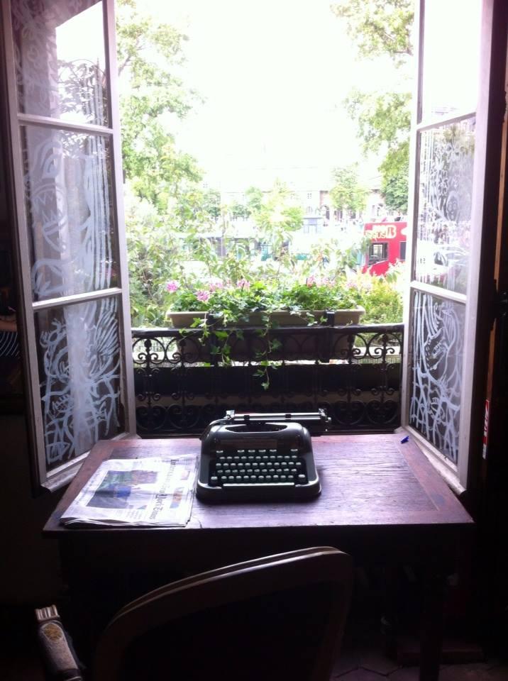Печатная машинка на столе | Вдохновить на роман