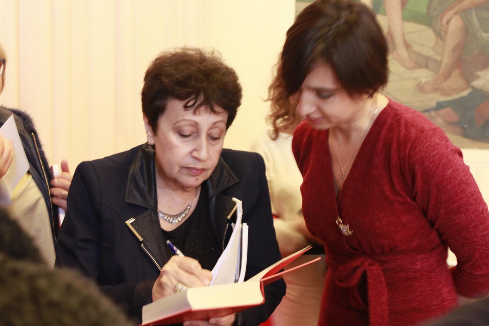 Дина Рубина дает автографы читателям на дне русской книге в Париже | Вдохновить на роман